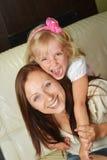 Moder med dottern fotografering för bildbyråer