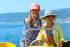 Moder med dottern i en motorbåt Royaltyfri Bild
