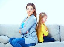 Moder med dotterplatsen på soffan tillbaka som ska dras tillbaka Arkivbilder
