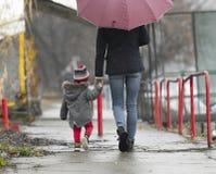 Moder med gå för barn arkivfoto