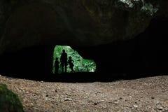 Moder med grottan för två döttrar - konturer arkivbild