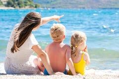 Moder med henne barn vid havet fotografering för bildbyråer