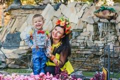 Moder med henne le för son Fotografering för Bildbyråer