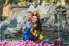 Moder med henne le för son Arkivfoton