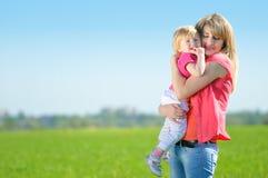 Moder med hennes barn Royaltyfria Bilder