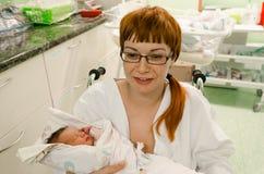 Moder med hennes barn som är högert efter födelse Arkivbilder