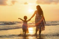 Moder med hennes dotter Fotografering för Bildbyråer