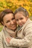 moder med hennes gulliga dotter Arkivfoto