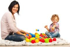 Moder med hennes spela för son Arkivfoton