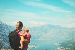 Moder med litet dotterlopp som fotvandrar i berg Arkivfoto