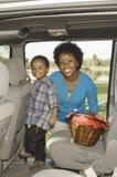 Moder med sonen i bil Arkivbilder