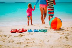 Moder med sonen och dottern som går på stranden arkivbild