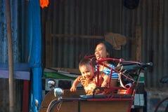 Moder med sonen som tycker om en ritt i rickshawen, Indonesien Royaltyfri Foto