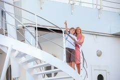 Moder med sonlopp på kryssningskeppet Royaltyfri Foto