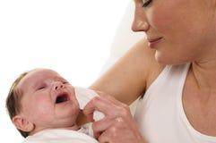 Moder med spädbarnet och silkespappret Royaltyfri Bild