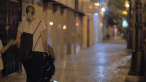 Moder med två barn i gatan av aftonstaden stock video