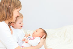 Moder med två ungar som tillsammans tycker om tid Royaltyfri Bild