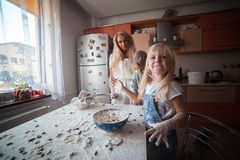 Moder med ungar på kök Royaltyfri Bild