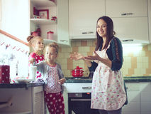 Moder med ungar på köket Royaltyfri Foto