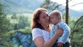 Moder och barn en försiktig kram Royaltyfria Foton