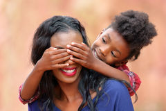 Moder och barn för Peekaboo skämtsam Arkivfoto