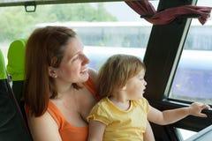 Moder och barn i autobus Fotografering för Bildbyråer