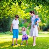 Moder och barn i en parkera royaltyfria foton
