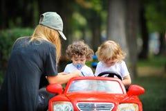 Moder och barn i parkera Royaltyfri Fotografi