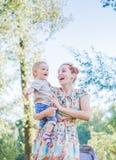 Moder och barn i tvålblåsare Är lycklig och glädje pojke som ler och skrattar Sommardagen parkerar in Royaltyfria Foton