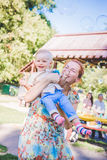Moder och barn i tvålblåsare Är lycklig och glädje pojke som ler och skrattar Sommardagen parkerar in Royaltyfri Fotografi