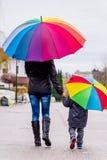 Moder och barn med paraplyet royaltyfria foton