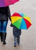 Moder och barn med paraplyet Royaltyfri Foto