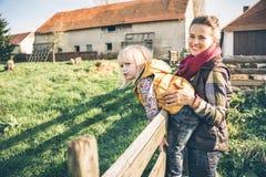 Moder och barn på lantgård royaltyfri foto
