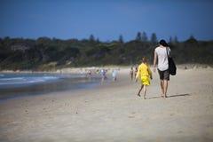 Moder och barn på stranden Arkivfoton