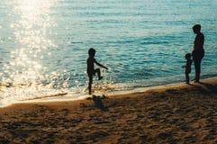 Moder och barn på stranden Fotografering för Bildbyråer