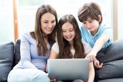 Moder och barn som använder bärbara datorn Royaltyfri Foto