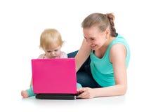 Moder och barn som arbetar på bärbara datorn Royaltyfria Bilder