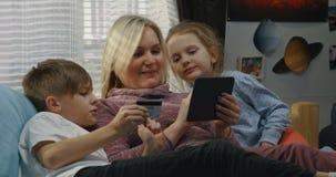 Moder och barn som direktanslutet shoppar lager videofilmer