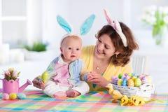 Moder och barn som hemma firar påsk Royaltyfria Bilder