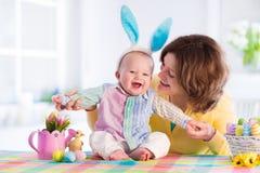 Moder och barn som hemma firar påsk Arkivbild