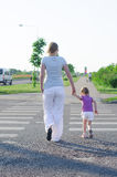 Moder och barn som korsar vägen. Fotografering för Bildbyråer