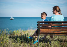 Moder och barn som ser havet royaltyfri bild
