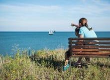 Moder och barn som ser havet arkivfoto