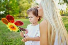 Moder och barn som spelar i parkera Royaltyfri Foto