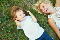 Moder och barn som spelar i parkera Fotografering för Bildbyråer