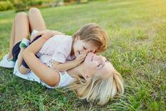 Moder och barn som spelar i parkera Royaltyfria Bilder