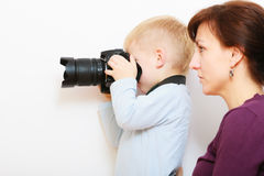 Moder och barn som spelar med kameran som tar fotoet Fotografering för Bildbyråer