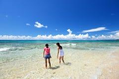 Moder och barn som spelar på stranden royaltyfria foton