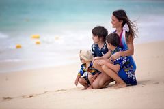 Moder och barn som spelar p? den tropiska stranden Semester f?r familjhavssommar Mamma och unge, litet barnpojke, lek i vattnet H fotografering för bildbyråer