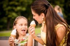 Moder och barn som tycker om icecream Royaltyfri Fotografi